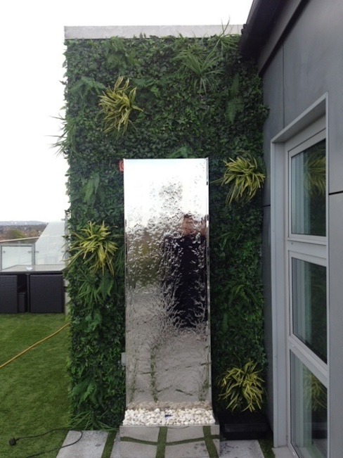 Artificial green wall with mirrored water feature par Evergreen Trees & Shrubs Moderne