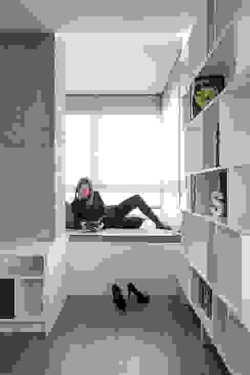 Rincón del sabio Salones minimalistas de LLIBERÓS SALVADOR Arquitectos Minimalista