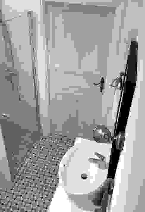 Bielone drzwi Skandynawska łazienka od homify Skandynawski