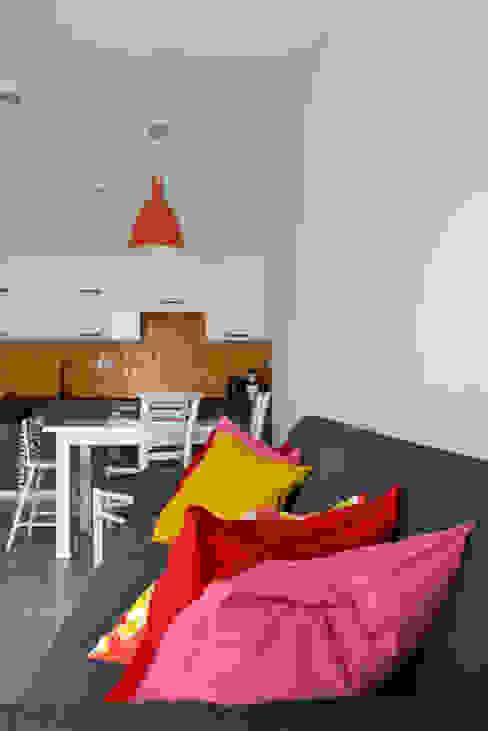grey-white-orange Кухня в стиле модерн от homify Модерн