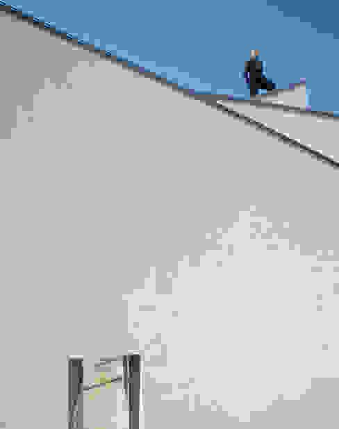 奥へと織りなす外壁: 久保田章敬建築研究所が手掛けた家です。,モダン