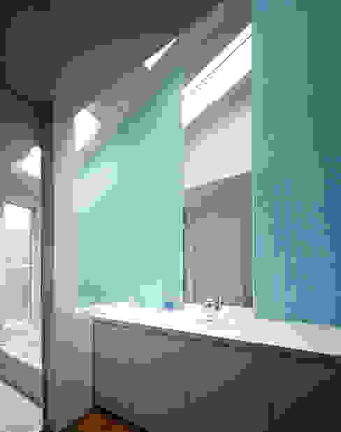トップライトのある洗面・浴室: 久保田章敬建築研究所が手掛けた浴室です。,モダン