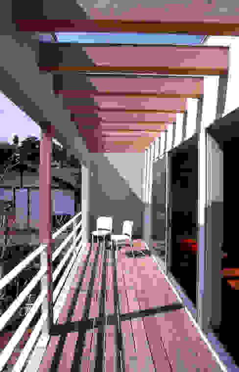 リビングと繋がるテラス: 久保田章敬建築研究所が手掛けたテラス・ベランダです。,モダン
