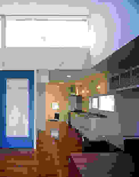 ダイニングとオープンなキッチン: 久保田章敬建築研究所が手掛けたキッチンです。,モダン