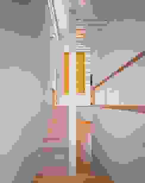 玄関に繋がるスキップフロアの階段: 久保田章敬建築研究所が手掛けた廊下 & 玄関です。,モダン