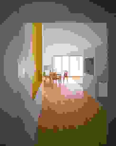 リビングルーム: 久保田章敬建築研究所が手掛けたリビングです。,モダン