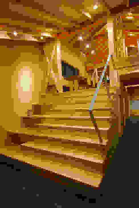 大階段ギャラリー: 豊田空間デザイン室 一級建築士事務所が手掛けた廊下 & 玄関です。,カントリー 木 木目調