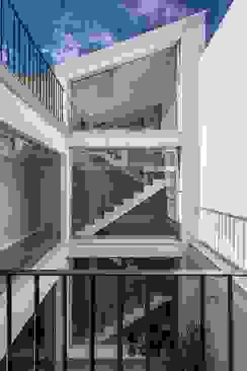 Pasillos, vestíbulos y escaleras modernos de LLIBERÓS SALVADOR Arquitectos Moderno