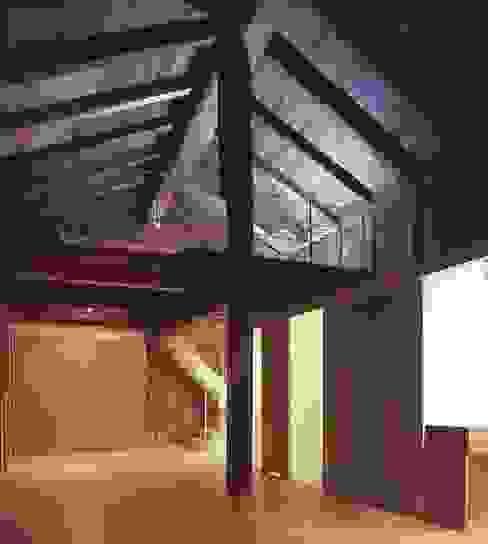 غرفة المعيشة تنفيذ 家山真建築研究室 Makoto Ieyama Architect Office