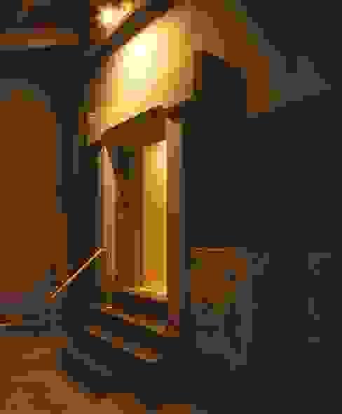 下屋スペースの蔵入り口: 家山真建築研究室 Makoto Ieyama Architect Officeが手掛けた家です。,カントリー