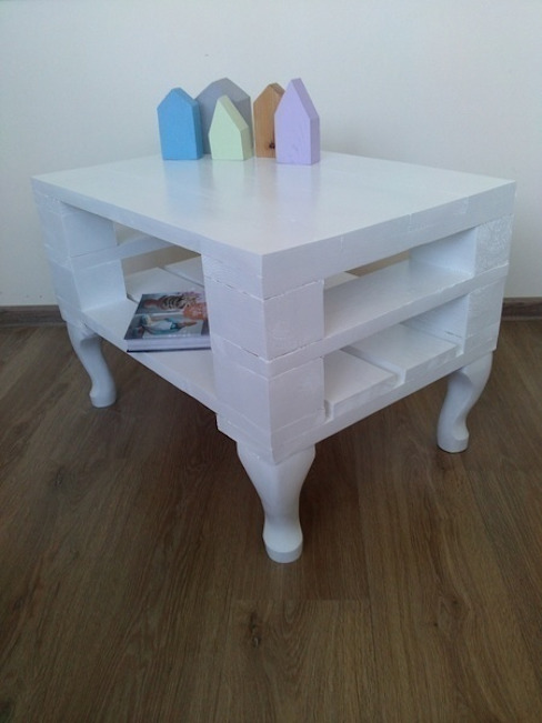Niepowtarzalny biały stolik z palet: styl , w kategorii  zaprojektowany przez Gruszki na Wierzbie,Skandynawski