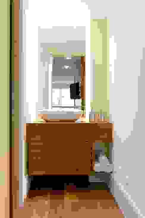 Baños modernos de LORENZZO ARQUITETURA E INTERIORES Moderno