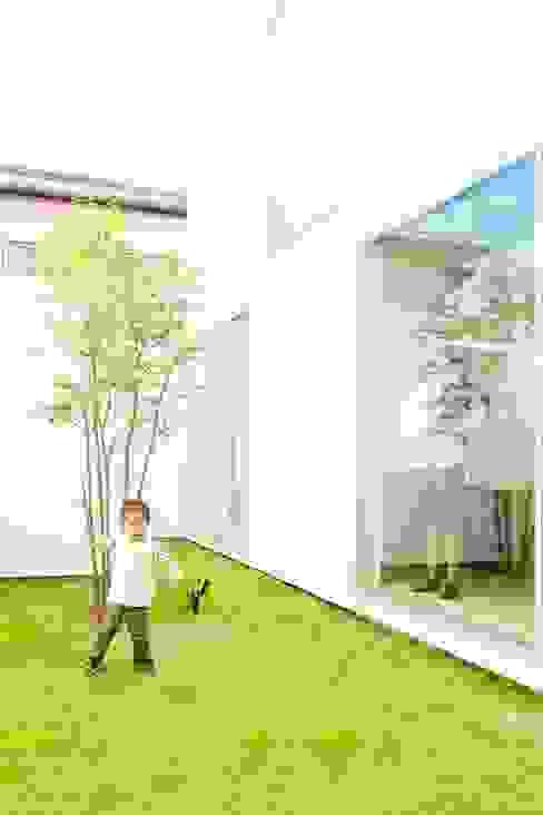 3×10 Court house Courtyard モダンな庭 の e do design 一級建築士事務所 モダン