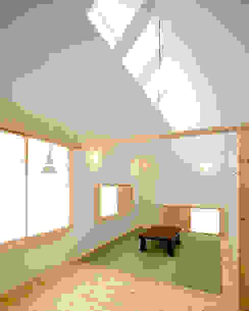 Ruang Keluarga oleh 星設計室, Minimalis