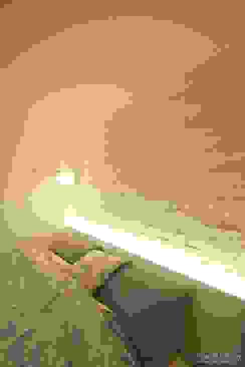 Dormitorios de estilo moderno de 홍예디자인 Moderno