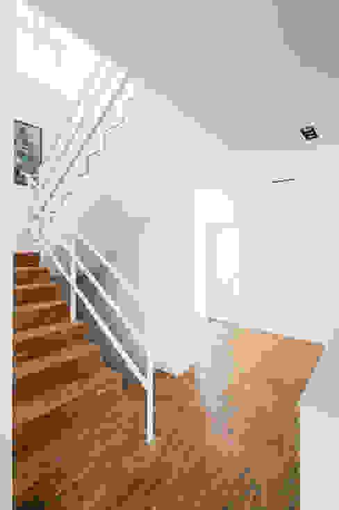 Wohnhaus Köln Widdersdorf Moderner Flur, Diele & Treppenhaus von Corneille Uedingslohmann Architekten Modern