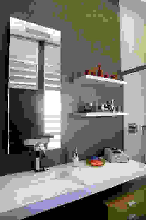 Baño revestimiento vinílico_SUELOS Y PAREDES Baños de estilo moderno de SUELOS Y PAREDES SIN OBRAS Moderno