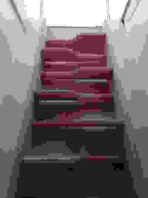 """Escalier à pas décalés, dit """"japonais"""" Couloir, entrée, escaliers minimalistes par BODDAERT INTERIEUR Minimaliste"""