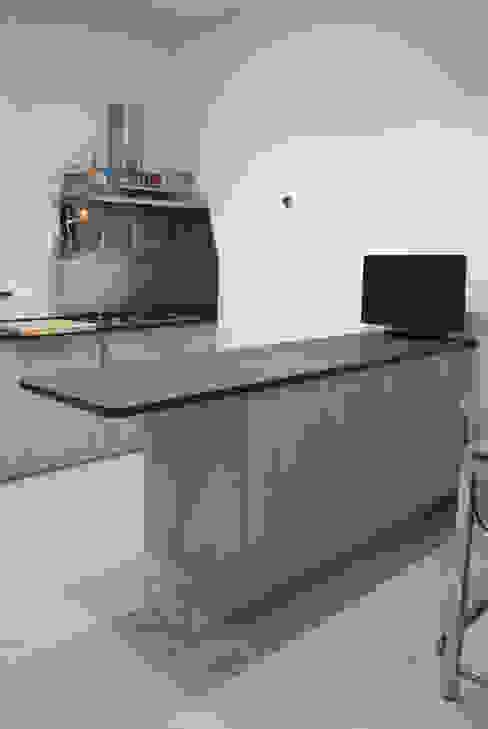 Cocinas de estilo moderno de Studio di architettura Miletta Moderno