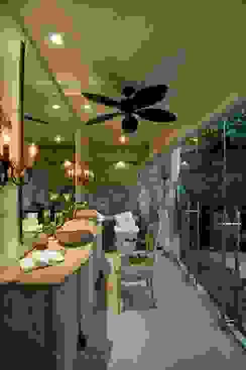 Banheiros tropicais por BR ARQUITECTOS Tropical