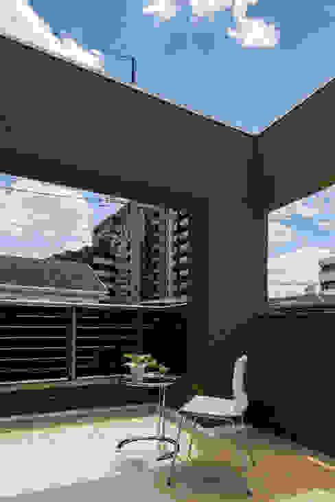 主婦の目線で設計した、コンパクトな都市型モデルハウス モダンデザインの テラス の エムズ アーキテクト デザイン 一級建築士事務所 モダン