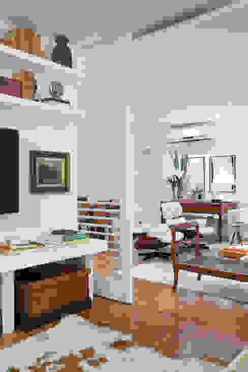 Integração: Sala de Estar e Home Theater: Salas de estar  por Angela Medrado Arquitetura + Design