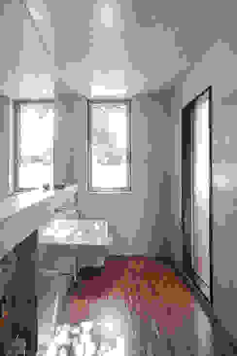 Casa sobre Armazém Casas de banho modernas por Miguel Marcelino, Arq. Lda. Moderno