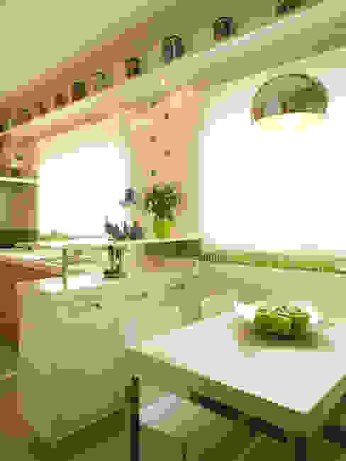 Modern kitchen by Flávia Brandão - arquitetura, interiores e obras Modern