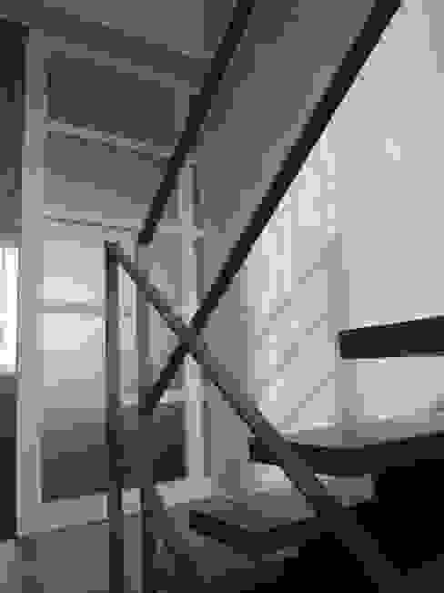 Treppenhaus Minimalistischer Flur, Diele & Treppenhaus von Architektin Tanja Ernst-Adams Minimalistisch