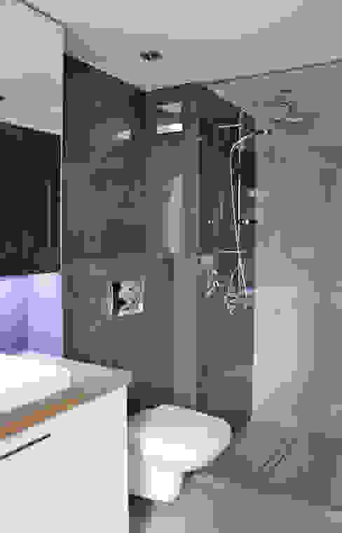 Minimalist style bathroom by WE LOFT DESIGN Minimalist
