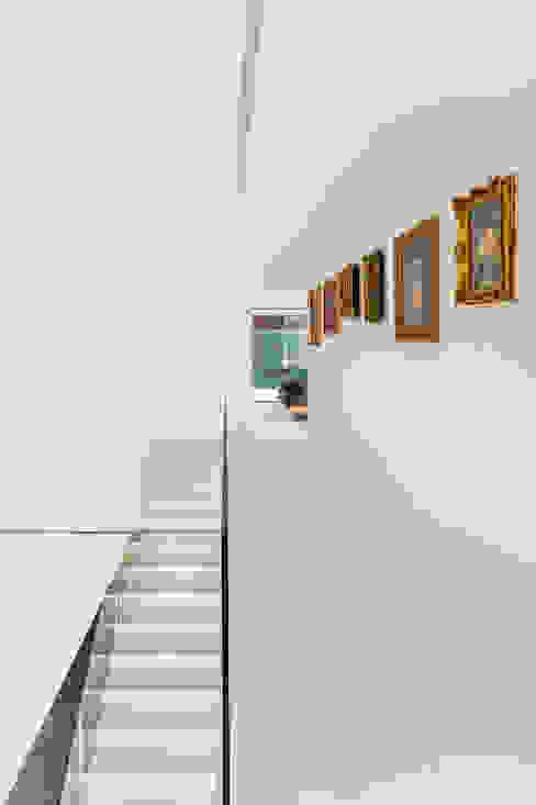 LIVING GARDEN HOUSE Nowoczesny korytarz, przedpokój i schody od KWK Promes Nowoczesny