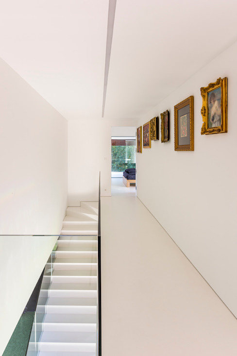 Modern corridor, hallway & stairs by KWK Promes Modern