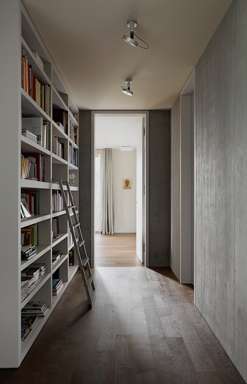 Bibliothek im OG Moderner Flur, Diele & Treppenhaus von feliz Modern