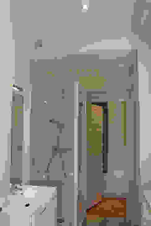 Ванная комната в стиле модерн от Agence ADI-HOME Модерн