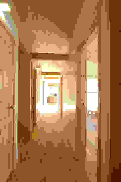 リビングと寝室を繋ぐ廊下 オリジナルスタイルの 玄関&廊下&階段 の 木の家株式会社 オリジナル