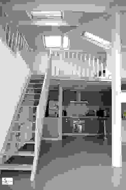 simple relooking de l'escalier et de la mezzanine existante Couloir, entrée, escaliers modernes par Emilie Bigorne, architecte d'intérieur CFAI Moderne