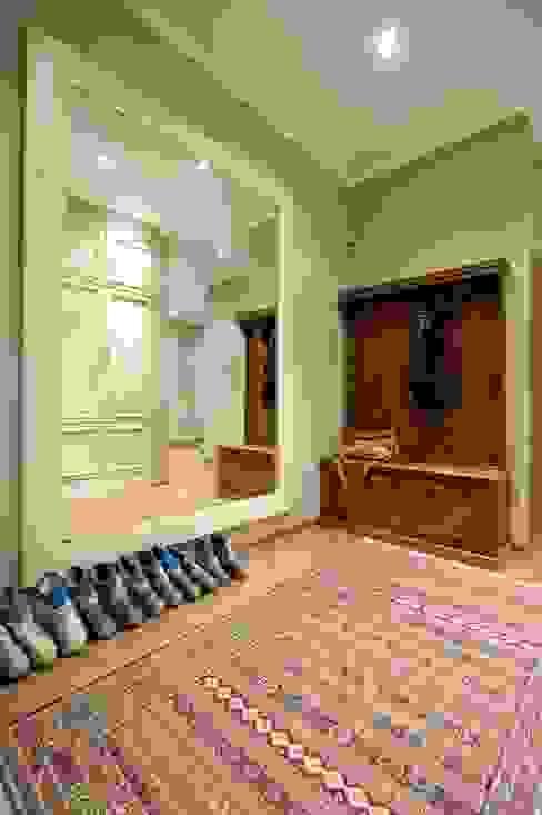 Загородный дом в Апрелевке: Прихожая, коридор и лестницы в . Автор – Irina Tatarnikova,