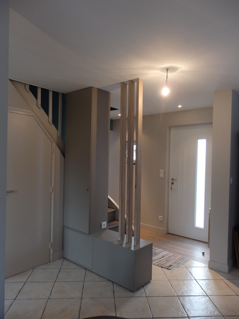 vue de l'entrée et de l'escalier Couloir, entrée, escaliers modernes par Emilie Bigorne, architecte d'intérieur CFAI Moderne