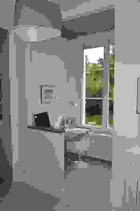 Rénovation maison de ville Bureau moderne par B by Lulea Moderne