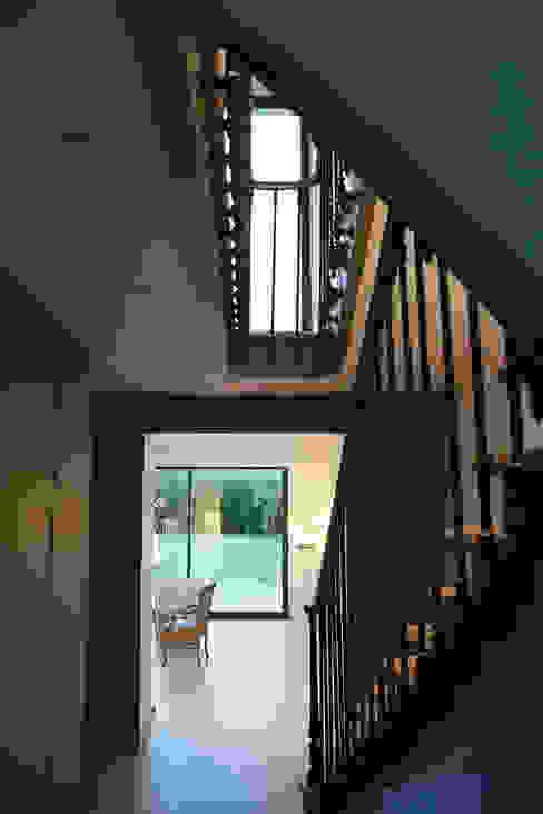 Maison de Ville Croissy sur Seine Yvelines Couloir, entrée, escaliers classiques par B by Lulea Classique