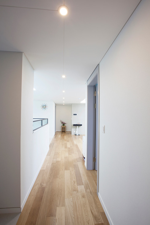 Modern Corridor, Hallway and Staircase by MID 먹줄 Modern