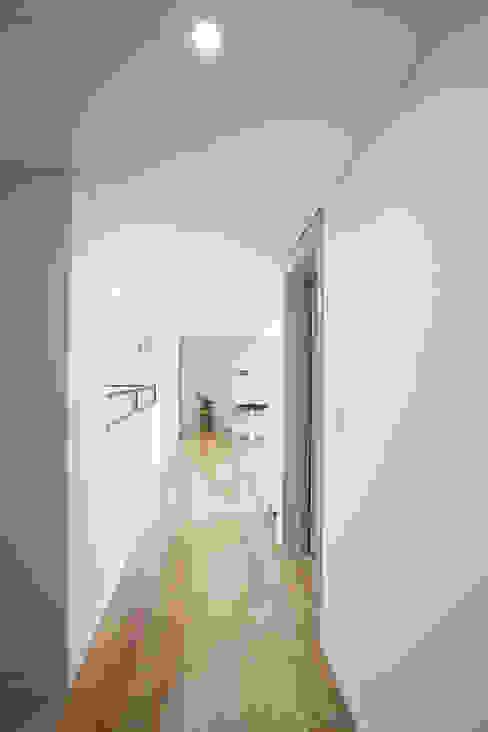 MID 먹줄 Pasillos, vestíbulos y escaleras modernos