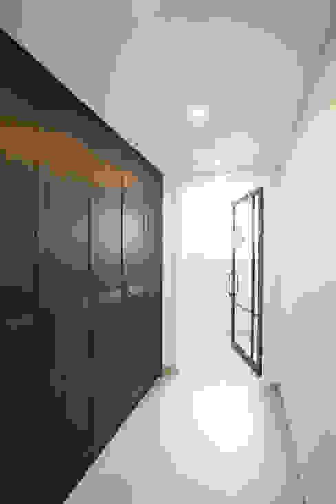 Corridor & hallway by MID 먹줄, Modern