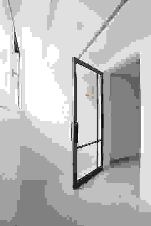 Couloir et hall d'entrée de style  par MID 먹줄