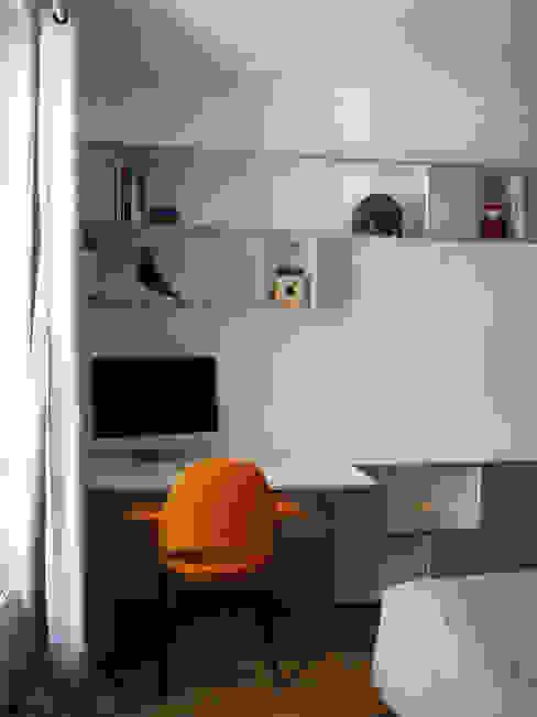 Ruang Studi/Kantor Klasik Oleh homify Klasik