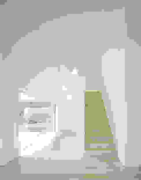 Minimalist corridor, hallway & stairs by steimle architekten Minimalist