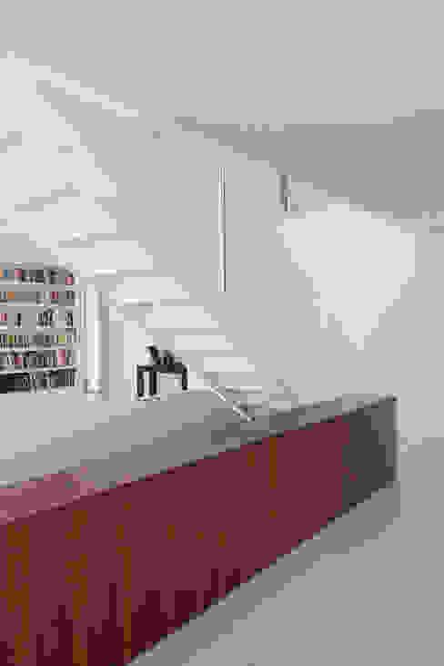 Lobby Corredores, halls e escadas modernos por OPERA I DESIGN MATTERS Moderno Madeira Acabamento em madeira