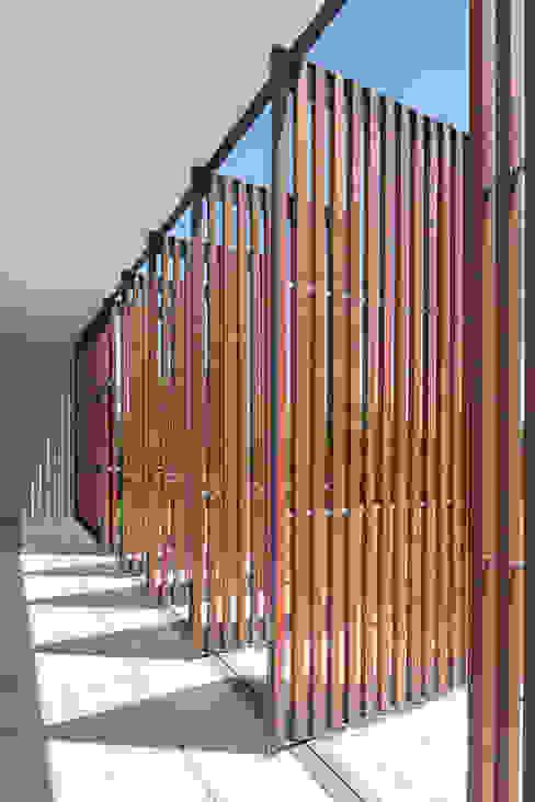 OPERA I DESIGN MATTERS Balcones y terrazas modernos Madera