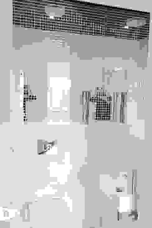 Wnętrze domu jendorodzinnego, Myślenice: styl , w kategorii Łazienka zaprojektowany przez TIKA DESIGN