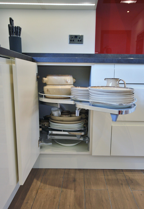 Storage space solution pull out drawers great for reaching to the back of the cupboard without the need to get on your knees Modern kitchen by Kitchencraft Modern